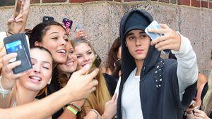 Justin Bieber macht ein Selfie mit Fans