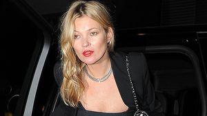 Kate Moss steigt aus dem Auto aus
