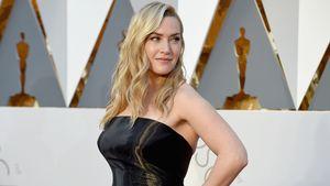 Kate Winslet schaut über ihre Schulter