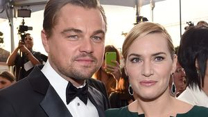 Kate Winslet und Leonardo DiCaprio Arm in Arm