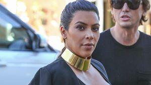 Kim Kardashian mit Hand über ihrem Babybauch
