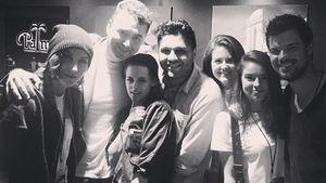 Kristen Stewart und Taylor Lautner mit einer Gruppe von Leuten
