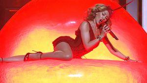 Kylie Minogue singt auf einem Kussmund