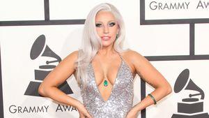 Lady GaGa zeigt in einem silberfarbenen Kleid Bein