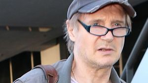 Liam Neeson mit Brille und Cap