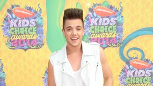 Luca Hänni posiert bei den Kids' Choice Awards