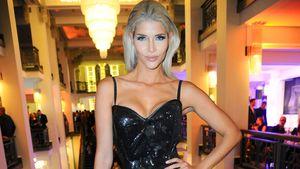 Micaela Schäfer trägt ein Kleid mit sexy Beinschlitz