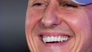 Michael Schumacher mit Kappe und Lachen