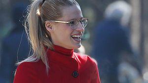 Michelle Hunziker trägt eine goldene Brille und lacht