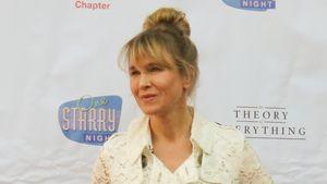 Renee Zellweger in einem weißen Mantel mit Spitze
