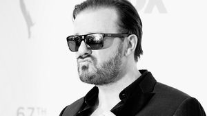 Ricky Gervais schwarz/ weiß mit Sonnenbrille
