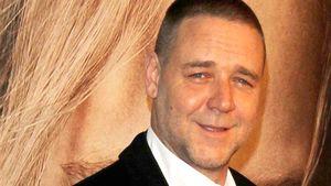 "Russell Crowe lächelt vor der ""Les Misérables""-Fotowand"