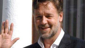 Russell Crowe winkt
