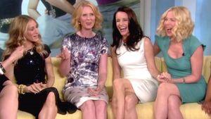 Sarah Jessica Parker, Cynthia Nixon, Krisitn Davis und Kim Catrall auf der Couch sitzend