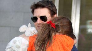 Tom Cruise trägt Tochter Suri auf dem Arm