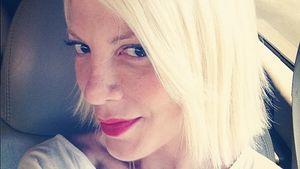 Tori Spelling Selfie mit kinnlangen Haaren
