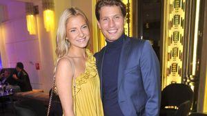 Valentina Pahde im gelben Kleid und Raúl Richter im blauen Anzug