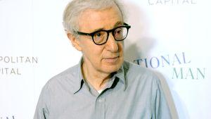Woody Allen hält eine Mütze in der Hand