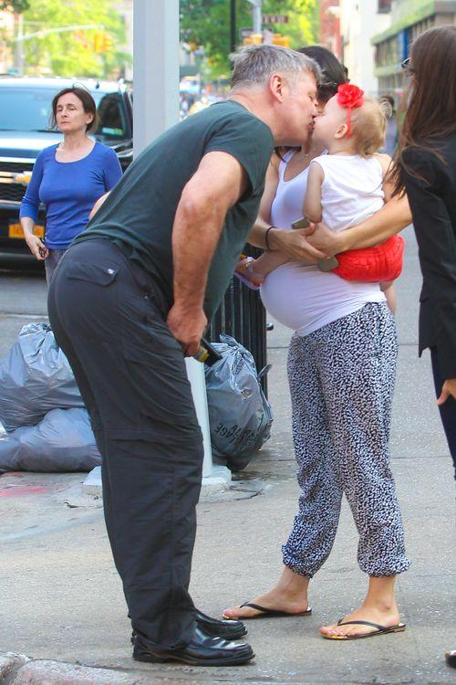 Alec Baldwin küsst seine Tochter Carmen