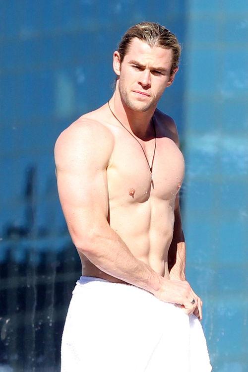 Chris Hemsworth zeigte sich mit freiem Oberkörper am Hotel-Pool