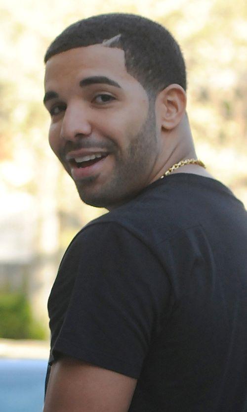 Drake traf beim Fußballspielen statt des Tores eine Laterne und sie zerstörte sie