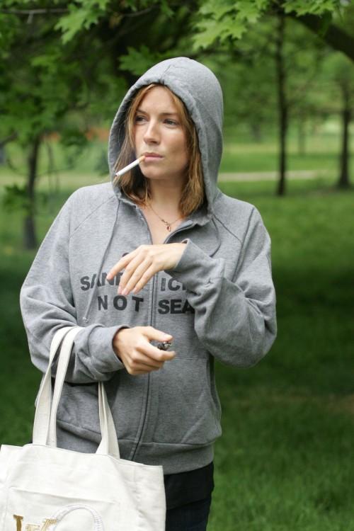 Sienna miller 27 versucht verzweifelt mit dem rauchen aufzuhören
