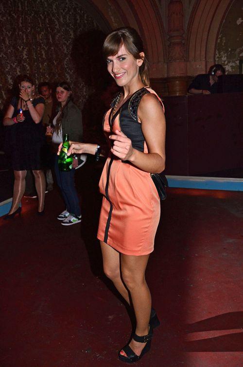 Isabell Horn mit einem Drink auf der Tanzfläche