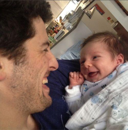 Jason Biggs zeigt sich jetzt mit seinem kleinen Sid, der schon lachen kann, wie ein Großer