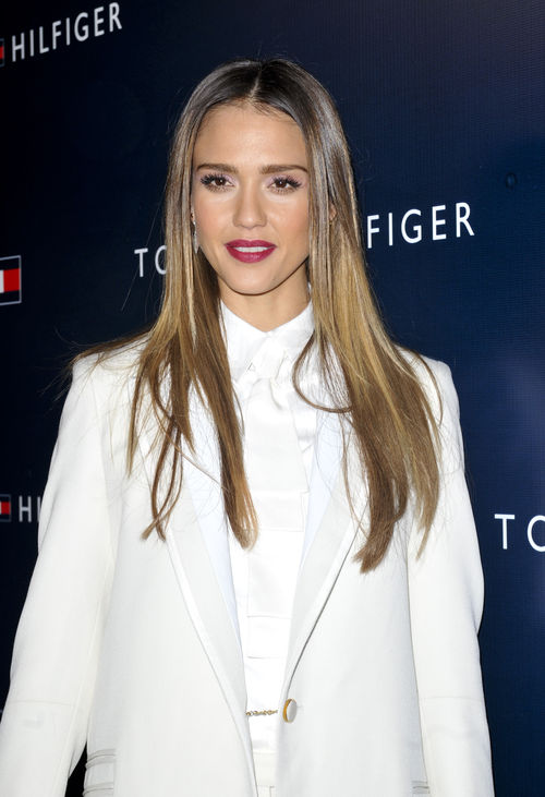 Jessica Alba setzte zum weißen Anzug auf einen beerenfarbenen, matten Lippenstift