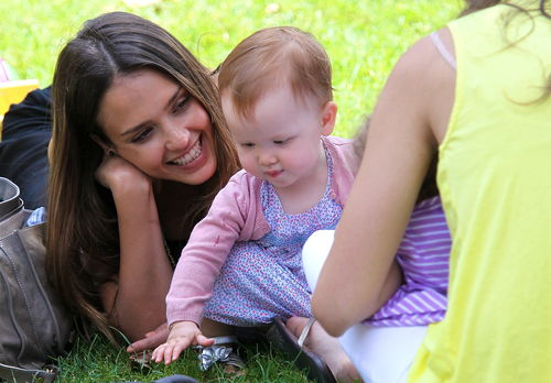 Jessica Alba liegt mit Haven Garner im Park