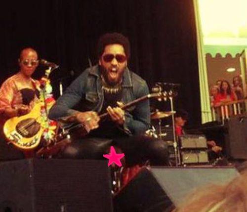 Lenny Kravitz reißt bei einem Konzert die Hose und entblößt sein bestes Stück