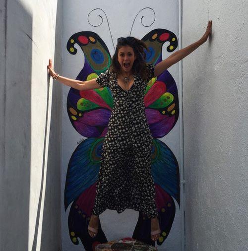 Nina Dobrev fühlt sich offenbar frei wie ein Schmetterling