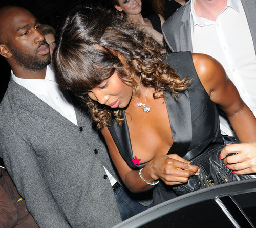Ein Nippelblitzer bei Naomi Campbell