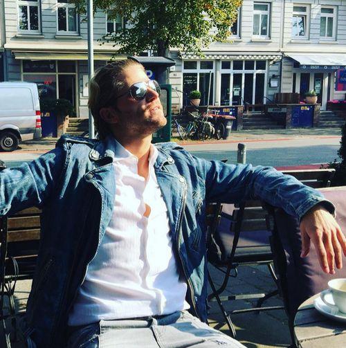 Paul Janke genoss einen Kaffee in der Sonne