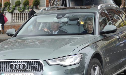 Prinz Charles und Camilla kamen, um die kleine Prinzessin zu sehen