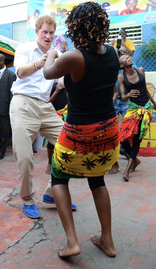 In Kingstone tanzte Harry dann zu Reggae-Musik von Bob Marley