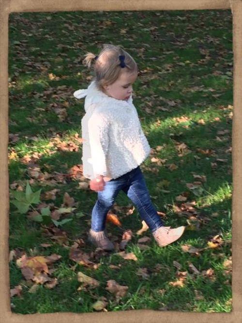 Prinzessin Leonore spaziert gemütlich durch den Park