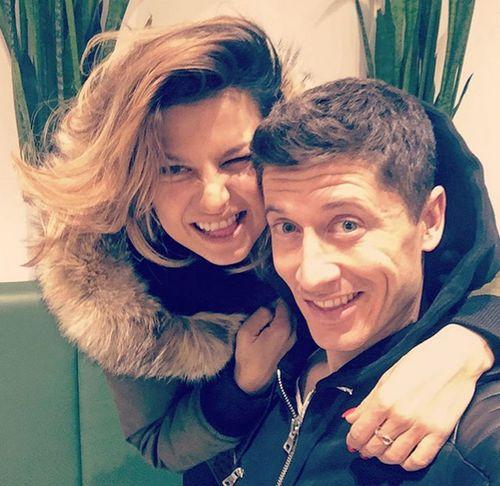 Robert Lewandowski und seine Frau Anna freuen sich