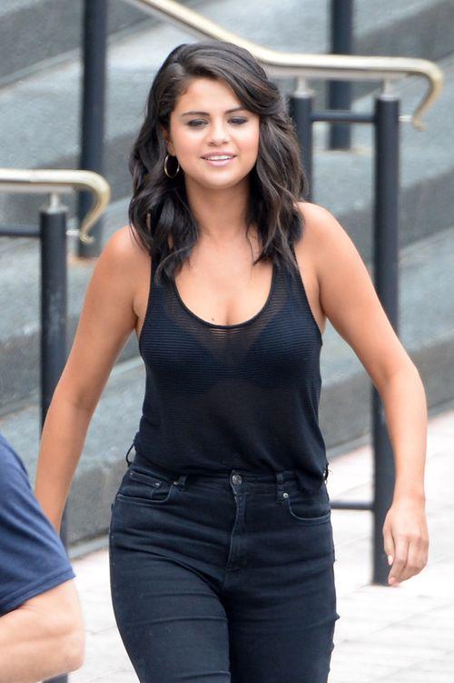 Selena Gomez zeigt sich im schwarzen Look