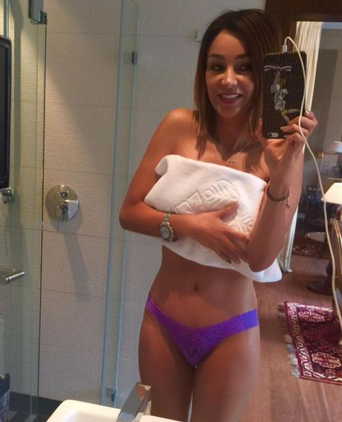 Verona Pooth macht ein Selfie im Badezimmer