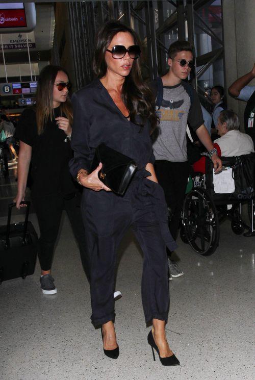 Brooklyn Beckham wurde beim Heimflug mit seiner Familie von einer hübschen Brünette begleitet