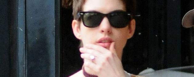 Anne Hathaway mit Arm in Schlinge