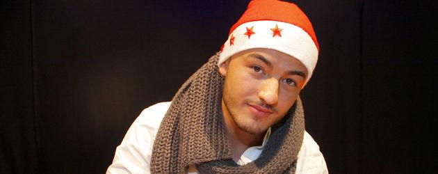 Ardian Bujupi trägt eine Weihnachtsmütze