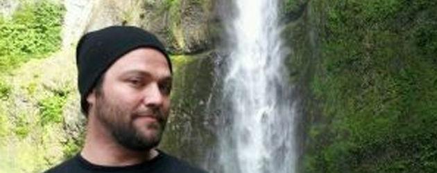 Bam Margera vor einem Wasserfall