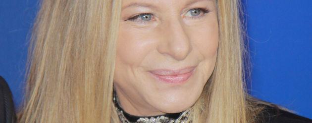 Barbra Streisand vor einen blauen Hintergrund