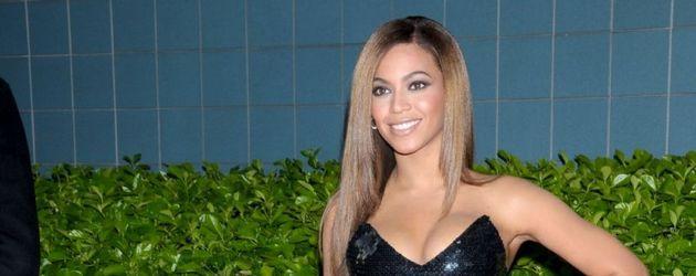 Beyoncé in schwarzem Kleid