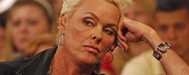 Brigitte Nielsen stützt ihren Kopf
