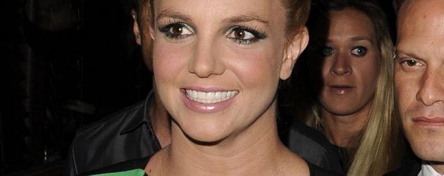 Britney Spears im schwarz-grünen Kleid