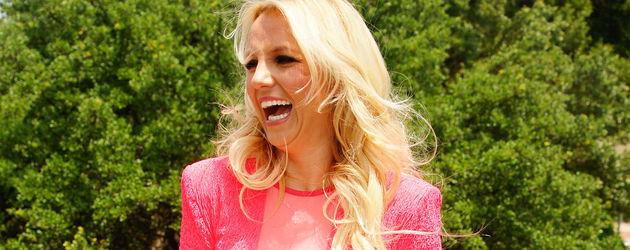 Britney Spears lacht im pinken Kleid