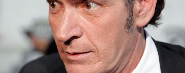Charlie Sheen schaut skeptisch